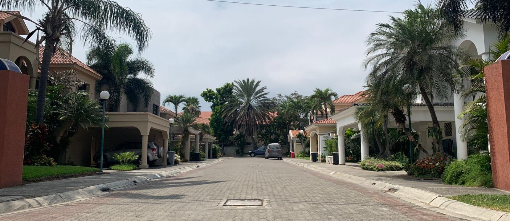 GeoBienes - Casa amoblada en alquiler en urbanización Vista al Río - Plusvalia Guayaquil Casas de venta y alquiler Inmobiliaria Ecuador