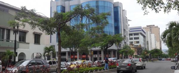 Alquilo local comercial en 9 de Octubre y Av. Quito