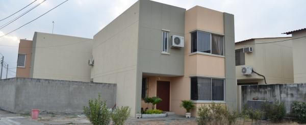 Casa en venta en urbanización Castilla Km 13 Via Samborondon